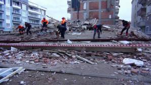 Depremde büyük hasar gören 20 dairelik bina çöktü