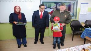 İlkokul öğrencileri karnelerini Albay Yıldırım'ın elinden aldı