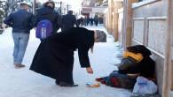 Suriyeli kadın, eksi 15 derece soğukta kundaktaki bebeğiyle dileniyor