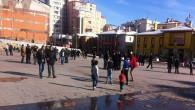 Güneşli havayı fırsat bilen vatandaşlar meydanı doldurdu