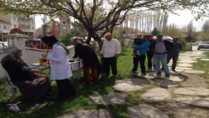 Sağlık çalışanlarından parkta dinlenen insanlara sağlık hizmeti