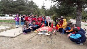 Merkez Ortaokulu öğrencilerinden şehitlik ziyareti