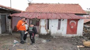 Yağmur sularının bastığı gecekondu da yaşayan aile yardım eli bekliyor