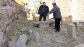 Mezar taşlarını tahrip ettiler