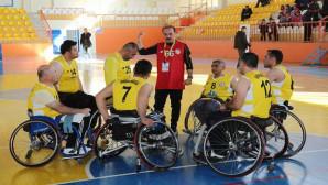 Vali Yurtnaç, engelli sporculara destek ve moral için takıma koçluk yaptı