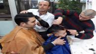 Çocuğunun tıraş korkusunu yenmesi için aynı koltukta birlikte traş oldular