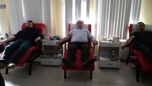 AK Parti Yozgat Merkez İlçe Başkanı Nazlı ve Yönetiminden Kızılay'a kan bağışı