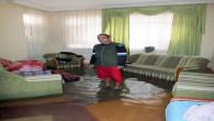 Sağanak yağış evi sular altında bıraktı