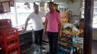 Çay ocağında bardaklar bulaşık makinesinden geçiriliyor