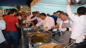 Kayseri Şekerden Cumhuriyet Meydanındaki vatandaşlara lokma ikramı