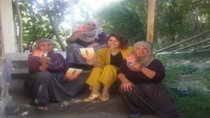 Solmaz köy köy gezerek kadınları bilgilendiriyor