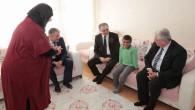 Vali Çakır, evde eğitim gören Muhammed Enes'i ziyaret etti