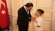 Vali Çakır, küçük Enes'i ödüllendirdi