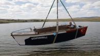 Marangoz baba ve oğlu yaptıkları tekneyi gölete indirdi