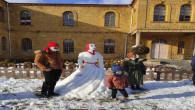 Okul bahçesindeki kardan gelin görenlerin dikkatini çekti