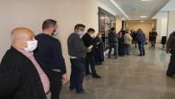 Vatandaşlar, izin belgesi almak için uzun kuyruk oluşturdu