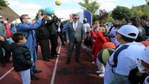 Vali Polat, çocukların sevincine ortak oldu