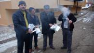 Vatandaşlar kapılarının önüne bırakılan kitapları yaktı
