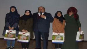 Bilal Şahin, öğrencileri hediyelerle ödüllendirdi, birde umre sözü verdi