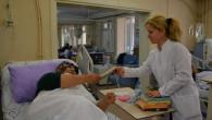 Diyaliz Hastaları tedavileri boyunca kitap okuyor