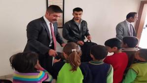 Yozgat Ülkü Ocaklarından köy ilkokulu öğrencilerine çanta ve kırtasiye yardımı