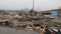 Şiddetli rüzgar çatıları uçurdu, bir kişi yaralandı