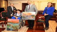 Engelli kadın ağzı ile yaptığı tabloların gelirini Mehmetçik Vakfına bağışladı