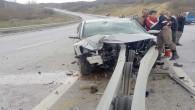 Bariyerlere çarpan araç sürücüsü yaralandı