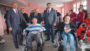 Ülkü Ocaklarından Rehabilitasyon Merkezine tekerlekli sandalye ve yürüteç