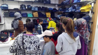 Hollanda'daki gurbetçilerden 100 çocuğa giysi yardımı