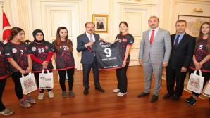 Vali Yurtnaç, 2. Lig'e yükselen bayanlar hentbol takımını konuk etti