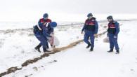 Jandarma ekipleri yaban hayvanları için karla kaplı alana yiyecek bıraktı