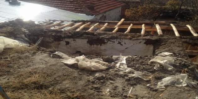 Evi yıkılan köy çobanı yardım elini bekliyor