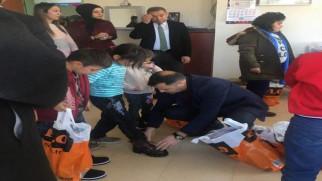 DUYKON'dan öğrencilere kışlık giysi ve kırtasiye yardımı