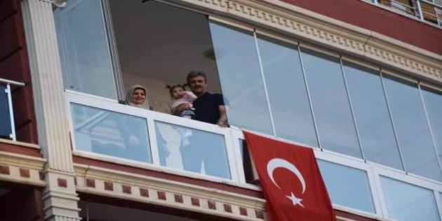 Başkan Köse, komşuları ile birlikte İstiklal Marşı okudu