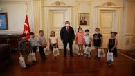 Vali Polat, çocukları tebrik ederek ödüllendirdi