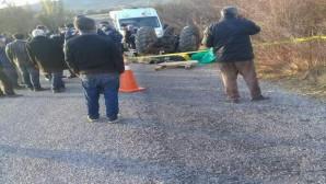 Devrilen traktörde çiftçinin eşi feci şekilde can verdi